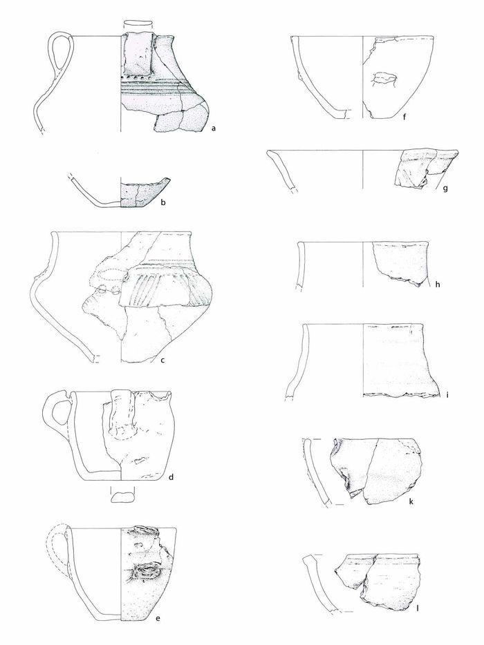 Abb. 4: Die Abbildung zeigt einen Teil des keramischen Grubeninventars. a) verziertes Billendorfer Importgefäß - Krug, b) Bodenscherbe mit Wandansatz, c) verzierte Amphore mit Bruchansatz im Schulterbereich, d) breite Tasse mit plump wirkendem Bandhenkel, e) unverzierte Tasse mit konstruiertem, überrandständigen Bandhenkel, f) breite Tasse mit zu konstruierendem, überrandständigen Bandhenkel, g) Randscherbenfragment einer Schale, h) Rand eines Topfes oder einer Terrine, i) ebd., k) Randscherbenfragment mit Bruchansatz einer Handhabe, l) Randscherbe, Gefäßtyp unbekannt. © Landesamt für Denkmalpflege und Archäologie Sachsen-Anhalt, M. Reuter.