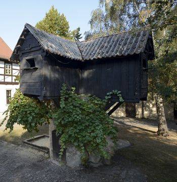 Abb. 1: Taubenpfeiler auf dem Pfarrhof von Gatersleben. © Landesamt für Denkmalpflege und Archäologie Sachsen-Anhalt, Gunnar Preuß.
