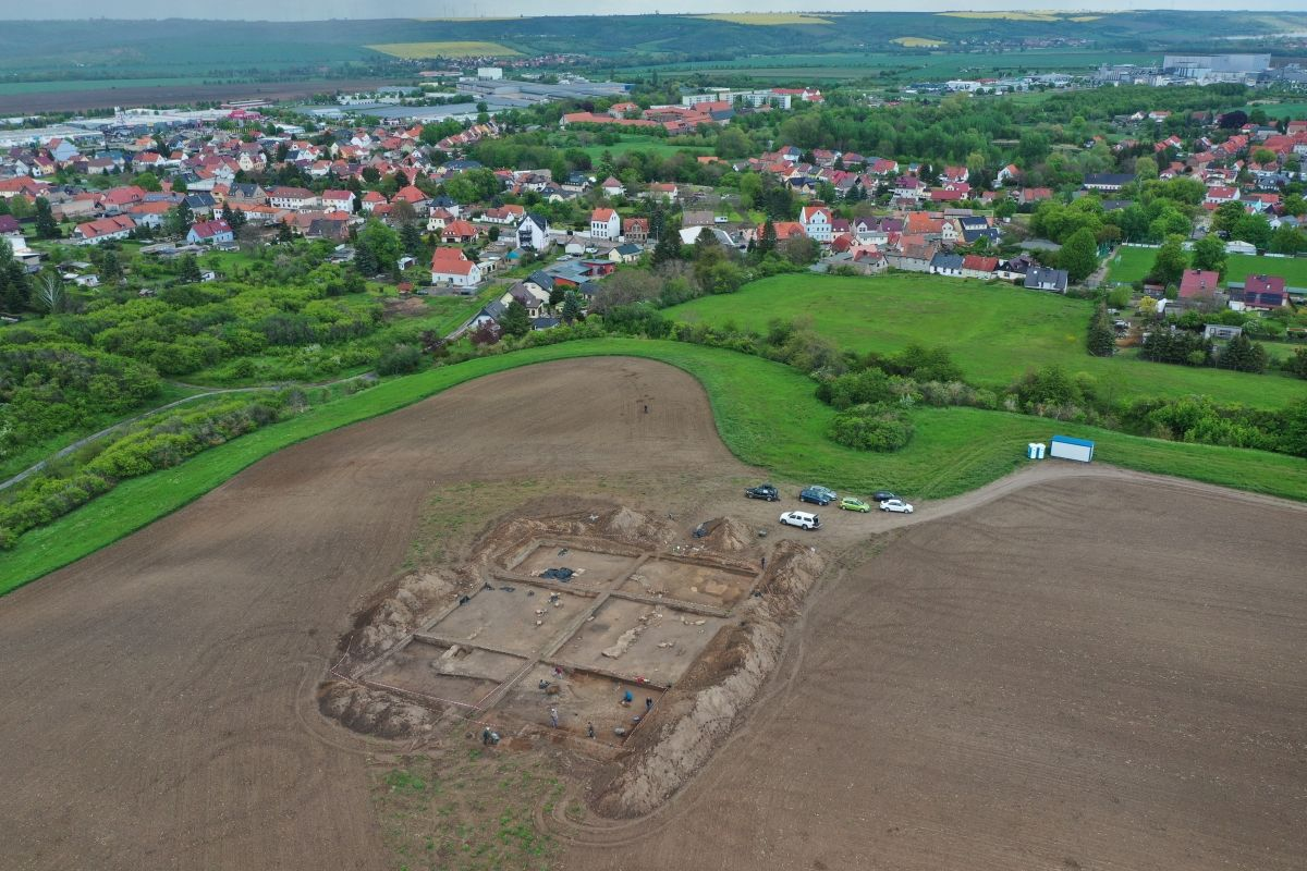 Abb. 1: Luftbild der Grabungsfläche von Südwesten. © Landesamt für Denkmalpflege und Archäologie Sachsen-Anhalt, Thomas Koiki.