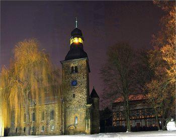 Abb. 2: Klosterkirche und Pfarrhaus von Marienborn bei Nacht. Foto: Kay Zacharias.