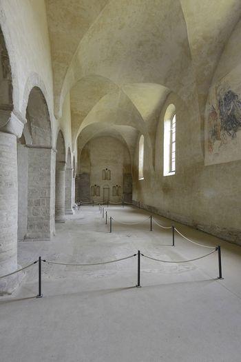 Abb. 1: Blick in die Klosterkirche von Ilsenburg. An der hintersten Säulenbase befindet sich der Löwenkopf.  © Landesamt für Denkmalpflege und Archäologie Sachsen-Anhalt, Gunnar Preuß.