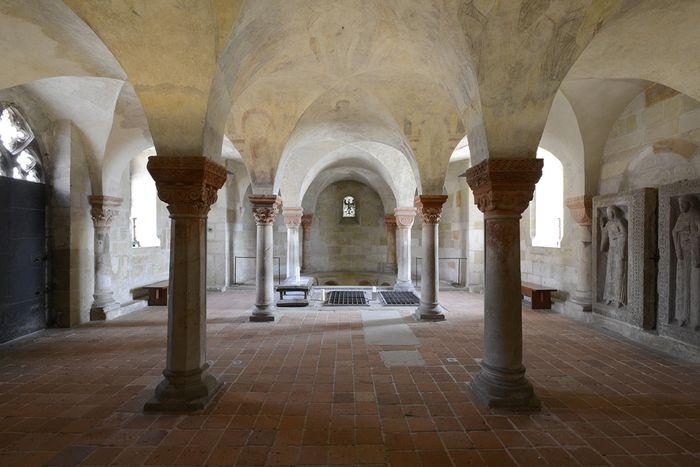 Abb. 2: Blick in die Krypta mit den Grabplatten an der Südwand (rechts). © Landesamt für Denkmalpflege und Archäologie Sachsen-Anhalt, Gunnar Preuß.