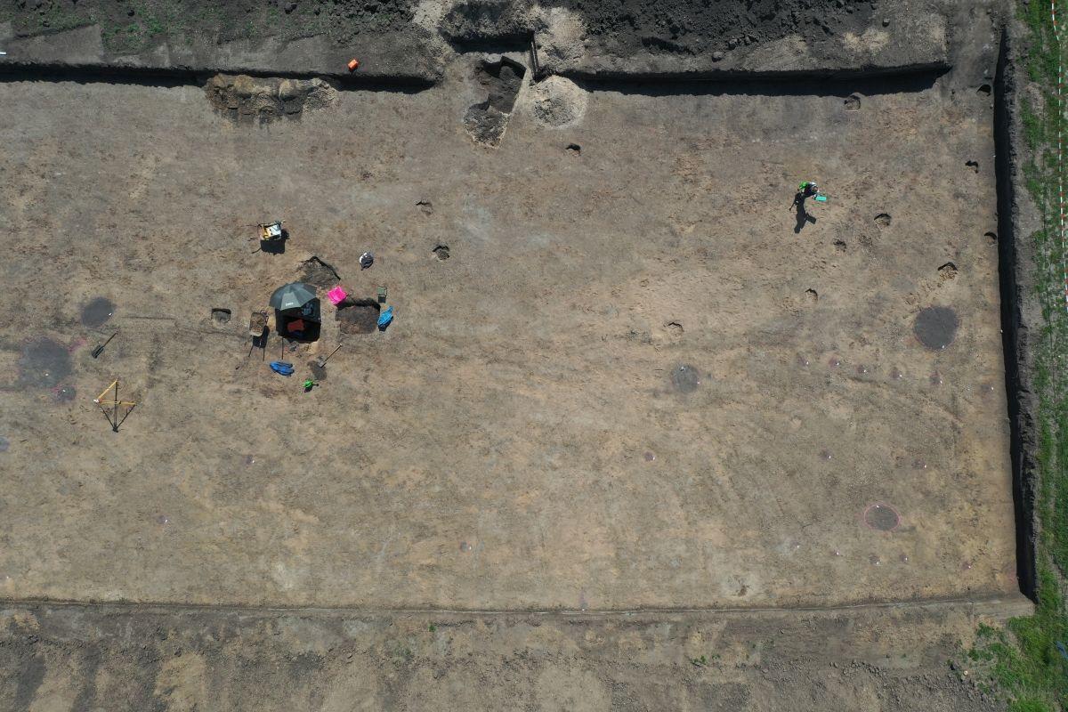 Die Grabungsfläche im Siedlungsbereich südlich des Ringheiligtums. Im südöstlichen Bereich ist die Pfostenkonstruktion eines Hauses erkennbar. © Landesamt für Denkmalpflege und Archäologie Sachsen-Anhalt, Matthias Zirm.
