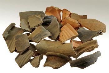 Abb. 3: Keramikbruchstücke aus der Schicht südlich des Töpferofens. © Landesamt für Denkmalpflege und Archäologie Sachsen-Anhalt, Andrea Hörentrup.