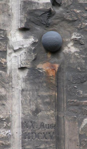 Abb. 10: Kugel im Chor des Braunschweiger Doms. Treffer vom 20. August 1615. Von Brunswyk, CC BY-SA 3.0, https://commons.wikimedia.org/w/index.php?curid=15906013.