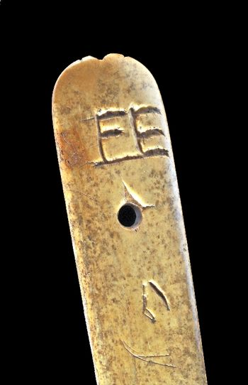 Abb. 6: Das Monogramm »F E « am oberen Abschluss des Falzbeins. © Landesamt für Denkmalpflege und Archäologie Sachsen-Anhalt, Andrea Hörentrup.