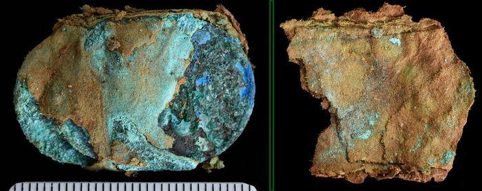 Abb.10: links: teils abgedeckter Geldschatz, rechts: Rückseite der Packschicht: Papier. © Landesamt für Denkmalpflege und Archäologie Sachsen-Anhalt, Friederike Hertel.