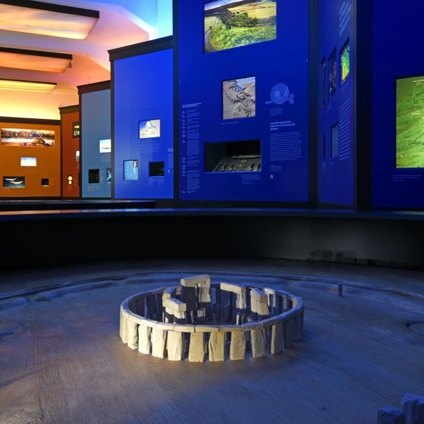 Ausstellungsimpression, im Vordergrund das Modell von Stonehenge. © Landesamt für Denkmalpflege und Archäologie Sachsen-Anhalt, Andrea Hörentrup.