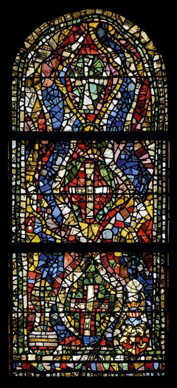 Abb. 2: Bleiglasfenster aus dem Jahr 1938 bestehend aus einem Mosaik originaler, neu arrangierter mittelalterlicher Glasfragmente.  © CVMA Deutschland, Potsdam, Holger Kupfer, mit Genehmigung der Vereinigten Domstifter zu Merseburg und Naumburg und des Kollegiatstifts Zeitz.
