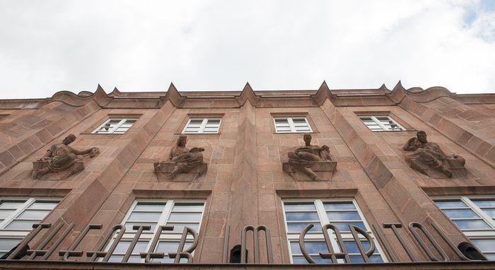 Abb. 2: Blick an der Fassade nach oben zu den vier Musen. © Landesamt für Denkmalpflege und Archäologie Sachsen-Anhalt.