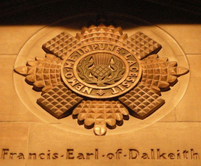 Abb. 9: Der sternförmige Distelorden. Einige Beispiele aus der St. Giles-Kathedrale. © Landesamt für Denkmalpflege und Archäologie Sachsen-Anhalt, Eva-Carmen Szabó.