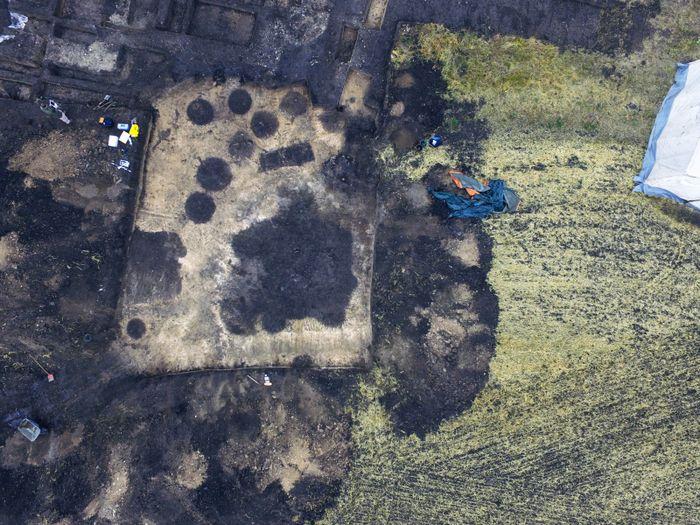 Abb. 2: Luftbild der Erweiterungsfläche mit beiden Grubenhäusern. © Friedrich-Schiller-Universität Jena, E. Paust.