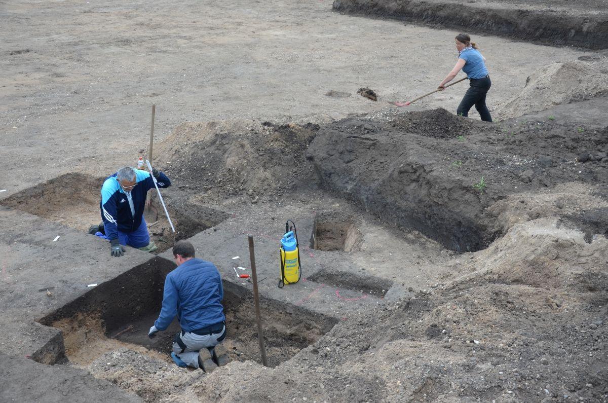 Mitarbeiter des Grabungsteams legen Befunde im Siedlungsbereich von Pömmelte frei. © Landesamt für Denkmalpflege und Archäologie Sachsen-Anhalt, Matthias Zirm.