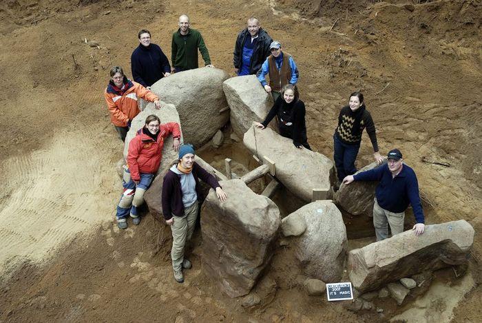 Abb. 6: Teil des Ausgrabungsteams um die vollständig freigelegte Grabkammer, kurz vor dem Abtransport der Trägersteine 2007. © Landesamt für Denkmalpflege und Archäologie Sachsen-Anhalt, Sarah Jagiolla.