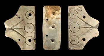 Abb. 2: Dreiteilige Gussform für drei Fingerringe. Die mit Punktzier gemusterten Ringköpfe sind stark plastisch gearbeitet. (HK 781:313:509, 1028, 1399). © Landesamt für Denkmalpflege und Archäologie Sachsen-Anhalt.