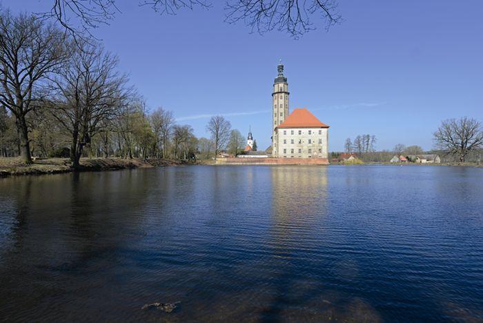 Abb. 2: Schloss mit dem erhöhten Turm, der ein astronomisches Observatorium beherbergt. © Landesamt für Denkmalpflege und Archäologie Sachsen-Anhalt, Gunnar Preuß.