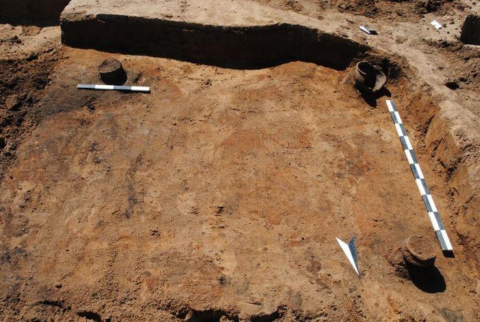 Abb. 9: Grubenhaus 134. Auf dem Boden, in der Hausecken und an den Wänden wurden insgesamt fünf Gefäße niedergelegt. © Landesamt für Denkmalpflege und Archäologie Sachsen-Anhalt, Dovydas Jurkėnas.