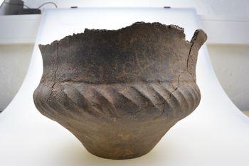 Abb. 7: Die gesäuberte und restaurierte spätbronzezeitliche Urne 1328. © Florian Helmecke.