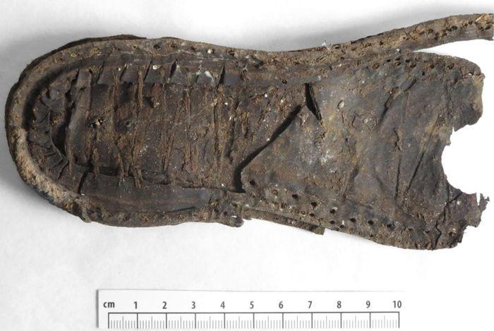 Abb. 6: Rahmennaht mit Fadenresten und Abdruck auf der Laufsohlenoberseite. © Landesamt für Denkmalpflege und Archäologie Sachsen-Anhalt, Heiko Breuer.