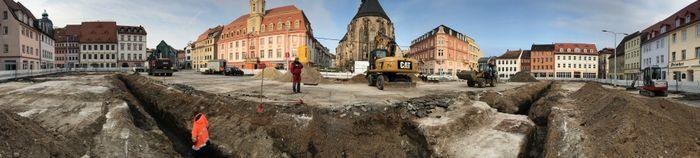Abb. 1: Panoramaaufnahme des Marktplatzes von Weißenfels. Am unteren Bildrand ist die Befundsituation des Fundamentes während der Freilegung zu erkennen. © Landesamt für Denkmalpflege und Archäologie Sachsen-Anhalt, Madeleine Fröhlich.