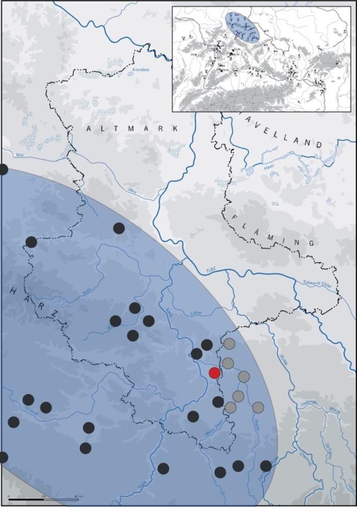 Abb. 8: Die Karte zeigt blau überdeckt den Bereich des südlichen bzw. südwestlichen Sachsen-Anhalts und angrenzender Gebiete mit Fundorten der Linienbandkeramikkultur, die im Fundmaterial anthropomorphe und/oder zoomorphe Figurinen aufweisen. Die rote Markierung zeigt den Fundort Günthersdorf, der einen der östlichsten Fundpunkte solcher Objekte in Sachsen-Anhalt darstellt. Ergänzt man die Kartierung von Becker 2007 (schwarze Punkte) um die entsprechenden Fundstellen in Sachsen (graue Punkte), so ergibt sich eine relativ zentrale Lage des Fundortes Günthersdorf in einem Gebiet hoher Funddichte besagter Objekte. Kartengrundlage © Landesamt für Denkmalpflege und Archäologie Sachsen-Anhalt; Kartierungsgrundlage Becker 2007, Tafel 30; Nebelsick u.a. 2004, Fundkarte © Landesamt für Denkmalpflege und Archäologie Sachsen-Anhalt, Madeline Fröhlich.