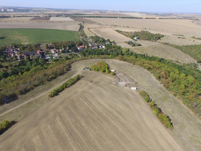 Abb. 1: Luftbild der Kuckenburg mit der Grabungsfläche von 2018. © Friedrich-Schiller-Universität Jena, E. Paust.