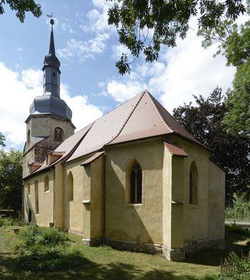 Abb. 1: Außenansicht der Kirche in Holleben mit dem barocken Kirchturm mit Scheifhaube. © Landesamt für Denkmalpflege und Archäologie Sachsen-Anhalt, Gunnar Preuß.