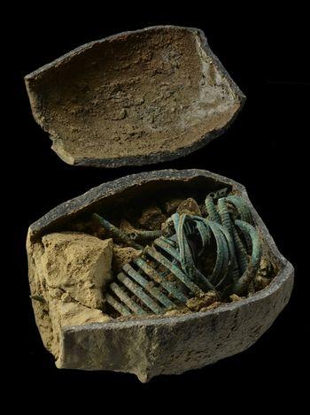 Abb. 3: Geöffnetes Gefäß mit den darin deponierten Bronzegegenständen. Teils befand sich in dem Gefäß noch ein Hohlraum, teils war es in Öffnungsnähe mit hineingeflossenem Löß verfüllt. © Landesamt für Denkmalpflege und Archäologie Sachsen-Anhalt, Juraj Lipták.