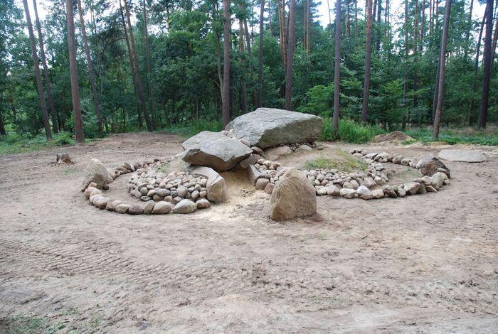 Abb. 4: Das nach den Grabungsbefunden rekonstruierte Großsteingrab Lüdelsen Fundplatz 3, Altmarkkreis Salzwedel, 2008. © Christian-Albrechts-Universität, Denis Demnick.