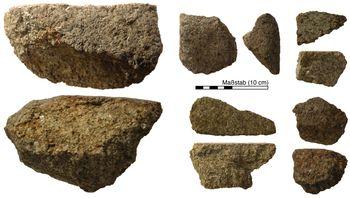 Abb. 3: Auswahl von Mahlsteinfragmenten aus dem Ringheiligtum Pömmelte. © Landesamt für Denkmalpflege und Archäologie Sachsen-Anhalt, André Spatzier.