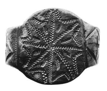 Abb. 3: Fingerring aus Nordserbien (Nationalmuseum Budapest). Zu beiden Seiten des Ringkopfes befindet sich ein Rautendekor mit Kreuzvierung, ähnlich wie beim Chörauer Ring. Milošević/Tatić-Djurić (o. J.) Abb. 181.