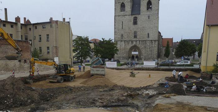 Abb. 1: Blick nach Osten. Am rechten Bildrand sind die archäologischen Ausgrabungen erkennbar. © Landesamt für Denkmalpflege und Archäologie Sachsen-Anhalt, Jens Winter.