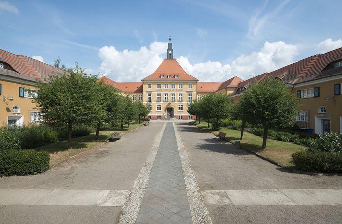 Abb. 2: Außenansicht des Rathauses der Werkssiedlung. © Landesamt für Denkmalpflege und Archäologie Sachsen-Anhalt, Gunnar Preuß.
