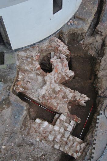 Abb. 10: Freigelegte Mauern des Gebäudes am Turm der Schlosskirche aus Richtung Norden. © Landesamt für Denkmalpflege und Archäologie Sachsen-Anhalt, Johanna Reetz.