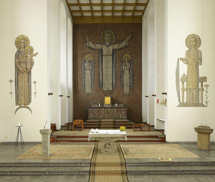 Abb. 2: Eingezogener Chorbereich mit Mosaiken. © Landesamt für Denkmalpflege und Archäologie Sachsen-Anhalt.