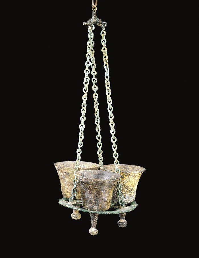Abb. 5: Polycandelon mit drei Lampen. © The Corning Museum of Glass; Glass dictionary, polycandelon; https://www.cmog.org/artwork/polycandelon-3-lamps.