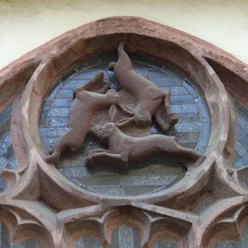 Abb. 1: Der Hase spielt auch in der christlichen Symbolik eine große Rolle. Von besonderem Reiz ist das spätgotische Dreihasenfenster im Kreuzgang des Paderborner Doms, das hier für die Dreifaltigkeit steht. © Zefram, CC BY 3.0-2.5-2.0 1.0, via Wikimedia Commons.