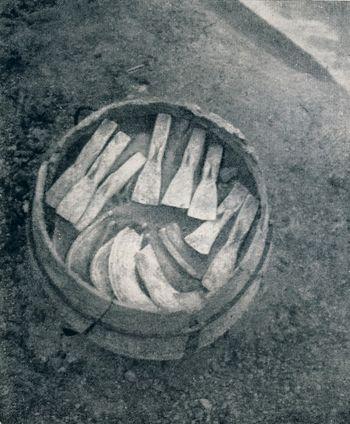 Abb. 1: Die Lappenbeile lagen offenbar über den Bronzesicheln im oberen Gefäßbereich. von Brunn 1958