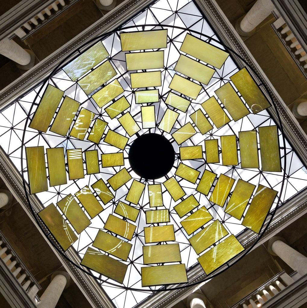 Ausstellungsimpression: Medieninstallation an der Lichtdecke im Atrium des Landesmuseums. © Landesamt für Denkmalpflege und Archäologie Sachsen-Anhalt, Andrea Hörentrup.