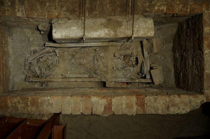 Abb. 2: Erster Blick in die geöffnete Gruft. Die dicken Sedimentablagerungen bedecken einen Großteil der Textilien. © Landesamt für Denkmalpflege und Archäologie Sachsen-Anhalt, Juraj Lipták.
