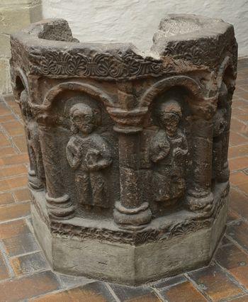 Abb. 1: Der achteckige Taufstein aus Nebraer Sandstein in der St. Briccius in Trotha (Halle). © Landesamt für Denkmalpflege und Archäologie Sachsen-Anhalt, Gunnar Preuß.