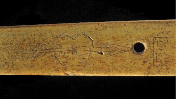 Abb. 8: Eingeritztes Herz mit Pfeil. © Landesamt für Denkmalpflege und Archäologie Sachsen-Anhalt, Andrea Hörentrup.