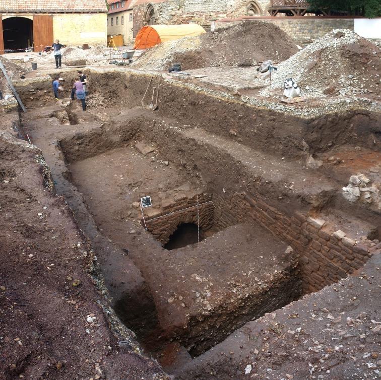 Blick auf freigelegte Teile eines spätmittelalterlichen Kellers im südlichen Querhausbereich. © Landesamt für Denkmalpflege und Archäologie Sachsen-Anhalt, Holger Grönwald.