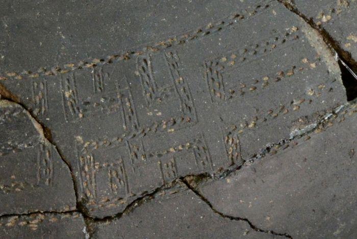 Abb. 6: Detail der Stichbandverzierung auf der Urne. © Landesamt für Denkmalpflege und Archäologie Sachsen-Anhalt, Vera Keil.