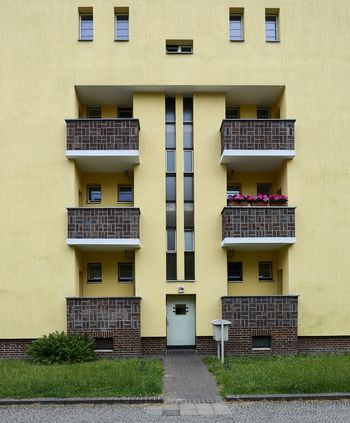 Abb. 1: Außenansicht einer Wohneinheit mit Balkonen, Eingangsbereich und Treppenaufgang. © Landesamt für Denkmalpflege und Archäologie Sachsen-Anhalt, Gunnar Preuß.