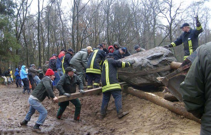 Abb. 8: Rekonstruktion des Megalithgrabes 2008 mithilfe von Rampe, Seilen und Hebeln. © Landesamt für Denkmalpflege und Archäologie Sachsen-Anhalt, Barbara Fritsch.