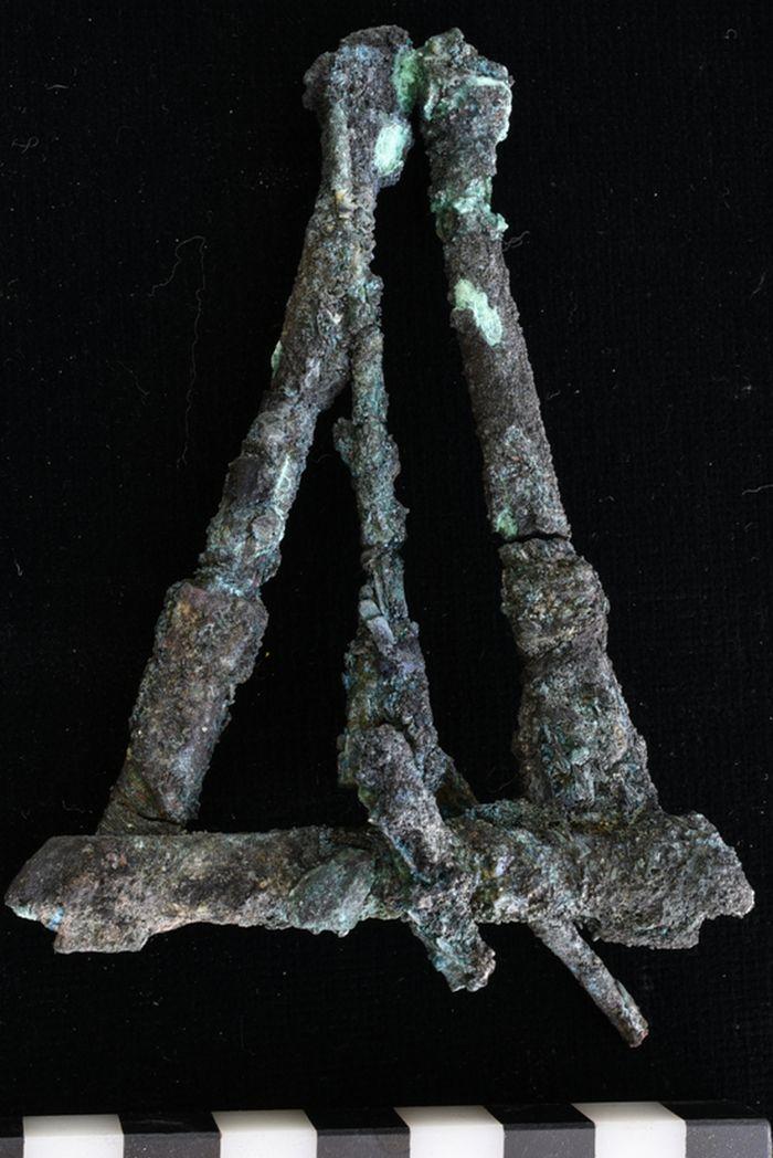 Abb. 5: Zusammengesetzte Stabfragmente die Balken einer Klappwaage werden erkennbar. © Landesamt für Denkmalpflege und Archäologie Sachsen-Anhalt, Vera Keil.