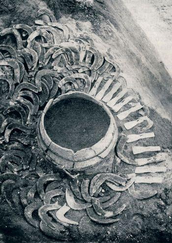Abb. 2: Fund III während der Bergung durch Anton Wesp und Betriebsleiter Klett. von Brunn 1958.