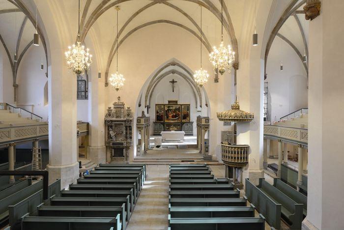 Abb. 2: Das restaurierte Innere der Stadtkirche mit Reformationsaltar. © Landesamt für Denkmalpflege und Archäologie Sachsen-Anhalt, Gunnar Preuß.