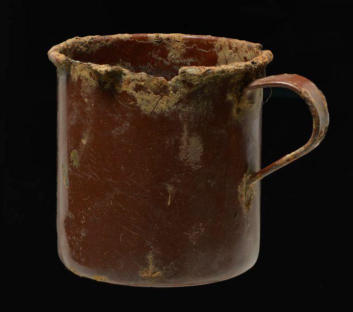 Abb. 7: Auch Tassen gehörten zur Ausstattung der Gefangenen, um das Überleben zu sichern. © Landesamt für Denkmalpflege und Archäologie, Juraj Lipták.
